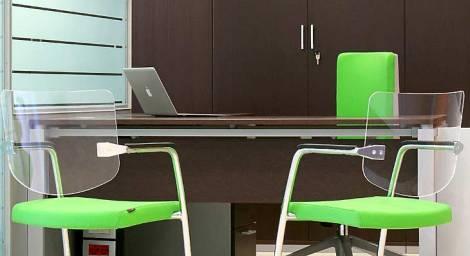 progettazione di scrivania ufficio in legno scuro e base metallo