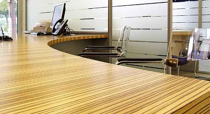 Progettazione uffici: dettaglio scrivania in legno
