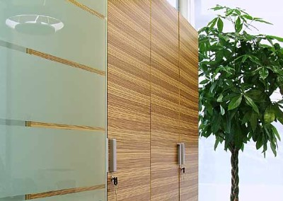 Materiali naturali quali legno e vetro in questa progettazione uffici a Perugia