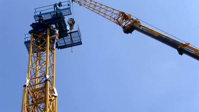 Servizio appalti. Montaggio di una gru a torre in un cantiere.