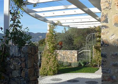 Pergolato e giardino sul fronte casa
