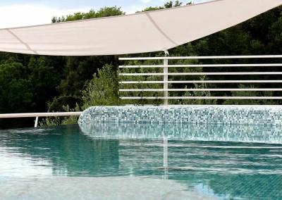 Rivestimento in mosaico per la piscina sul tetto di villa.