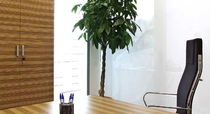 Architettura spazio uffici: Arredi in legno su misura