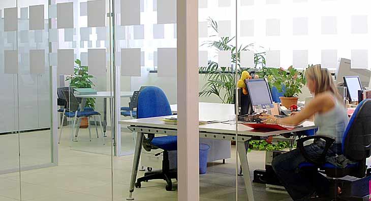 Progettazione uffici: Uffici operativi a Milano con pareti vetrate