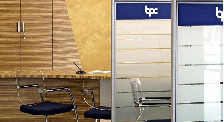 progetto di bancone casse e consulenze con pareti vetrate
