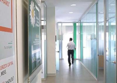 La progettazione uffici con pareti vetrate per ambienti luminosi. Milano